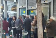 Πάτρα: 'Ουρές' στους γκισέδες των τραπεζών και στα ΑΤΜ - Το σκηνικό της φτώχειας σε replay
