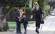 Φαίη Σκορδά - Βόλτα με τους γιους της! (φωτο)