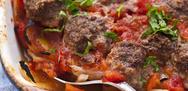 Κοκκινιστά κεφτεδάκια στο φούρνο με πατάτες