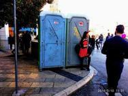 Εμείς οι Πατρινοί δεν κάνουμε 'πιπί'; 10 χημικές τουαλέτες για... 250.000 κόσμου στους δρόμους!