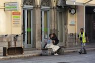 Ξημέρωμα καρναβαλιού στην Πάτρα - Νεαρό ζευγάρι φιλιέται με πάθος (pics)