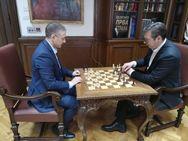 Ο πρόεδρος της Σερβίας έπαιζε... σκάκι, όσο οι διαδηλωτές πολιορκούσαν το προεδρικό μέγαρο!