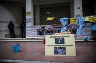 ΠΟΕΔΗΝ: Κρέμασαν ρόμπες έξω από το υπουργείο Υγείας οι καθαρίστριες