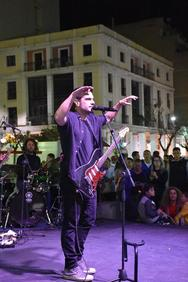 Ο Μύρωνας Στρατής, στο live της πλατείας Γεωργίου, έδωσε ρυθμό στο Σαββατόβραδο της Πάτρας! (pics+vids)