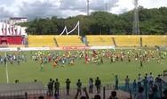 380 παιδιά αντιμετώπισαν 8 επαγγελματίες ποδοσφαιριστές στην Ινδονησία (video)