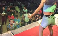Άνδρας κοιτάει αποσβολωμένος μια χορεύτρια πάνω στη σκηνή (video)