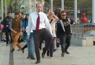 Βγήκαν στους δρόμους της Βουδαπέστης και περπάτησαν όσο πιο χαζά μπορούσαν (video)