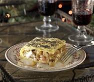 Αλμυρή πίτα με καραμελώμενα κρεμμύδια, μήλα και μανούρι