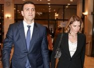Βασίλης Κικίλιας και Τζένη Μπαλατσινού ανεβαίνουν τα σκαλιά της εκκλησίας