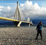 Ο Σκοτσέζος ποδηλάτης που κάνει το γύρο του κόσμου, πέρασε από τη Γέφυρα της Πάτρας (pics)