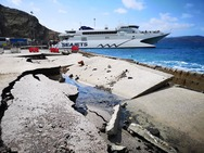 Σαντορίνη: Κύματα «γκρέμισαν» το λιμάνι της
