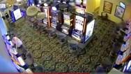 Ληστής αρπάζει τα κέρδη ηλικιωμένης από τυχερό παιχνίδι (video)