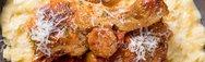 Κοτόπουλο «χωριάτικο» με λουκάνικα, πιπεριές και χυλοπίτες