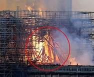 Γυναίκα ισχυρίζεται ότι είδε τη φιγούρα του Ιησού στις φλόγες που έκαιγαν την Παναγία των Παρισίων