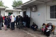 Υπεράριθμοι παραμένουν πρόσφυγες και μετανάστες στις δομές φιλοξενίας
