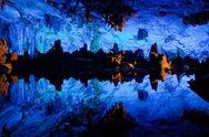 Πανδαισία χρωμάτων σε φυσικό σπήλαιο στην Κίνα