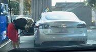 Γυναίκα προσπαθεί να βάλει βενζίνη... στο ηλεκτρικό της αυτοκίνητο! (video)