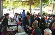 Πάτρα: Ο Δήμαρχος Κώστας Πελετίδης στο Πασχαλινό τραπέζι στις Εργατικές Κατοικίες Ταραμπούρα (φωτο)