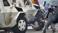 Τεθωρακισμένα του Μαδούρο τσαλαπάτησαν διαδηλωτές στη Βενεζουέλα (pics+vids)
