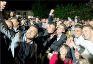 Η selfie της Έλενας Κουντουρά με τους Ρομά, στο 'Εντερλέζι' της Κάτω Αχαΐας!