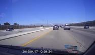 Η σοκαριστική στιγμή που μια σκάλα πετάγεται στην εθνική οδό (video)