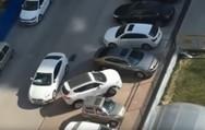 Ένας οδηγός με εκπληκτική ικανότητα στο ξεπαρκάρισμα με την όπισθεν (video)