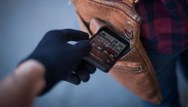 Πάτρα - Μπήκε σε ανθοπωλείο και έκλεψε ένα κινητό τηλέφωνο