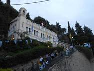 Εκατοντάδες πιστοί καταφτάνουν στο Αίγιο για να προσκυνήσουν στην Παναγία Τρυπητή