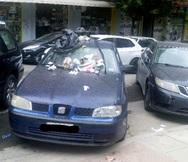 Θεσσαλονίκη: Πάρκαρε πάνω σε ράμπα και βρήκε έτσι το αυτοκίνητό του! (φωτο)