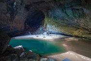 Μια ιδιαίτερη σπηλιά με εσωτερική παραλία στο Βιετνάμ