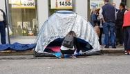 Πάτρα: Απολυμένοι έβγαλαν τη νύχτα στις σκηνές, έξω από τα γραφεία του ΣΥΡΙΖΑ