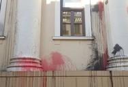 Έβαψαν με μπογιές το Δικαστικό Μέγαρο της Πάτρας