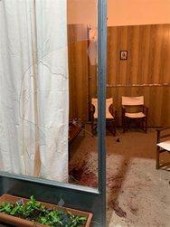 Κουκουλοφόροι έσπασαν εκλογικό περίπτερο στη Γλυφάδα
