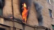 Δραματική διάσωση άνδρα από φλεγόμενο διαμέρισμα στη Ρώμη (video)