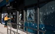 Επίθεση με βαριοπούλες σε τράπεζα στη Συγγρού