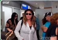 'Όρμησε' στην Έλενα Παπαρίζου και άρχισε να τη φιλάει (video)