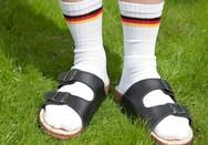 Η Γερμανική Πρεσβεία εύχεται καλό καλοκαίρι με... κάλτσα και σαγιονάρα!