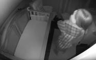 Μαμά με έλλειψη ύπνου πήρε αγκαλιά το μωρό της... ανάποδα (video)