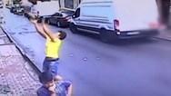 17χρονος έπιασε στον αέρα δίχρονη που έπεσε από το δεύτερο όροφο (video)