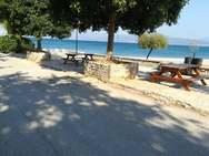 Αχαΐα - Τοποθετήθηκαν τραπεζοπάγκοι στην παραλία των Αραχωβιτίκων (φωτο)