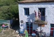 Το creepy καφενείο 'Αλεξ. Τζίπρας', που βρίσκεται 2 ώρες μακριά από την Πάτρα (video)