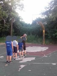 'Βομβαρδισμένο' παραμένει το γηπεδάκι μπάσκετ στη Λεύκα της Πάτρας