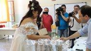 Λιβαδειά: Νύφη άφησε για λίγο τον γάμο και πήγε να ψηφίσει (φωτο)