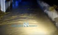 Αιτωλοακαρνανία: Πυροσβέστες έσωσαν τετραμελή οικογένεια από τα ορμητικά νερά (video)