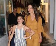 Η κόρη της Alessandra Ambrosio, ποζάρει με αέρα μοντέλου στα σοκάκια της Μυκόνου! (φωτο)