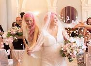 Ένας ιδιαίτερος γάμος - 24χρονη Youtuber παντρεύτηκε 62χρονη δημοσιογράφο