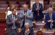Σκούντησαν βουλευτή του Βελόπουλου γιατί δεν χειροκροτούσε όρθιος (video)