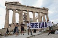 Ακτιβιστές ύψωσαν στην Ακρόπολη πανό για τον Λούλα ντα Σίλβα