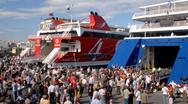 Αυξημένη κίνηση στο λιμάνι του Πειραιά (video)