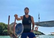 Ο Σάκης Τανιμανίδης ποζάρει μέσα σε βάρκα (φωτο)